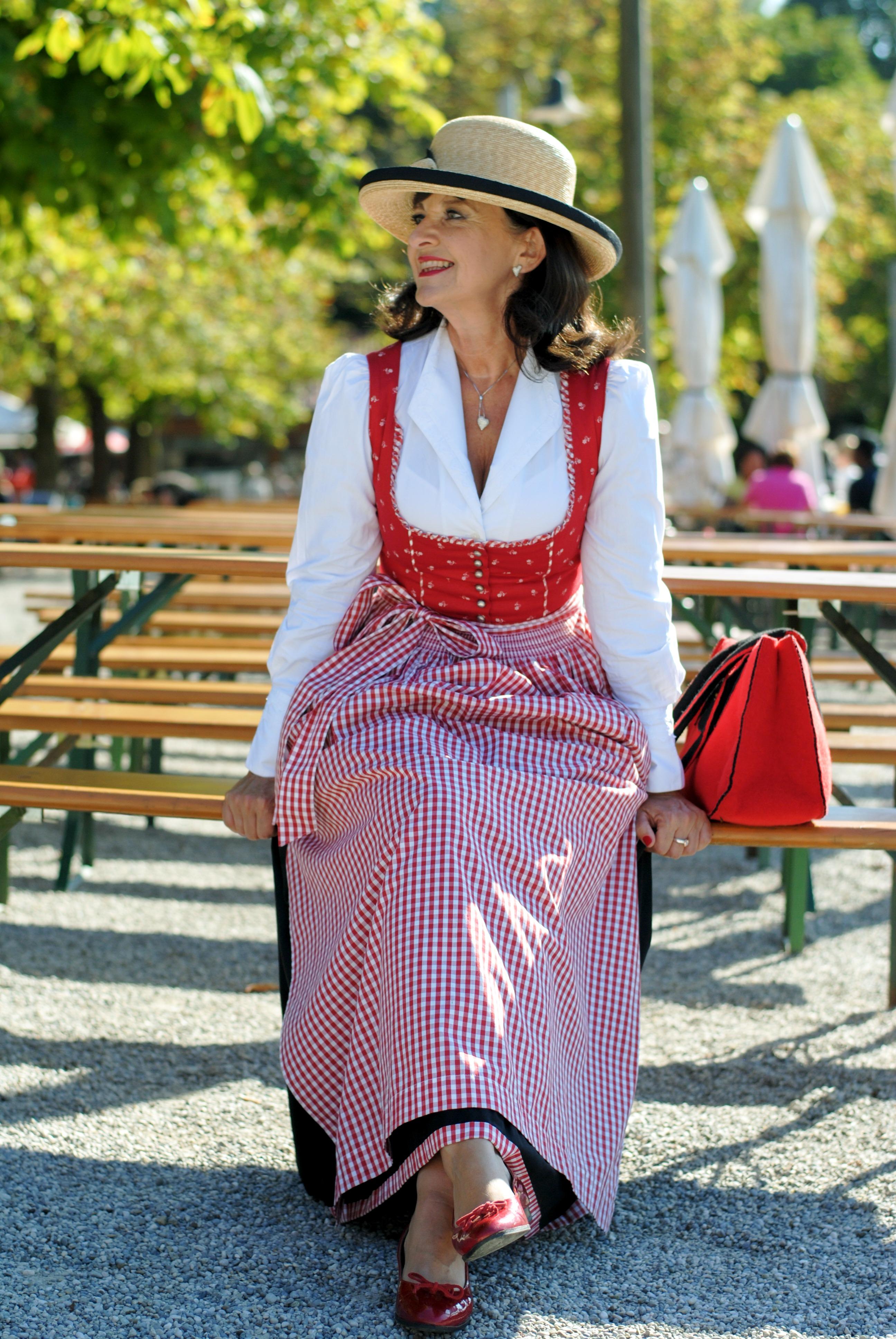 dirndl-in-rot-schwarz-im-biergarten