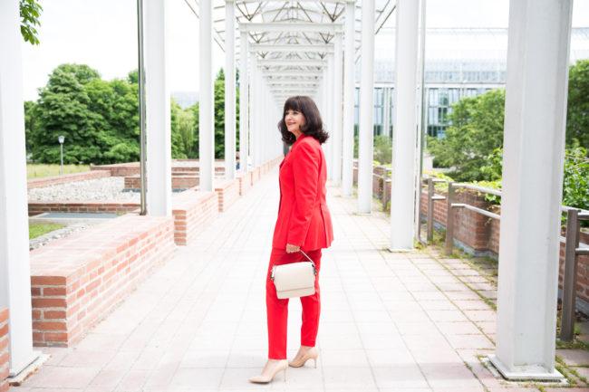 Roter Hosenanzug eleganter Look