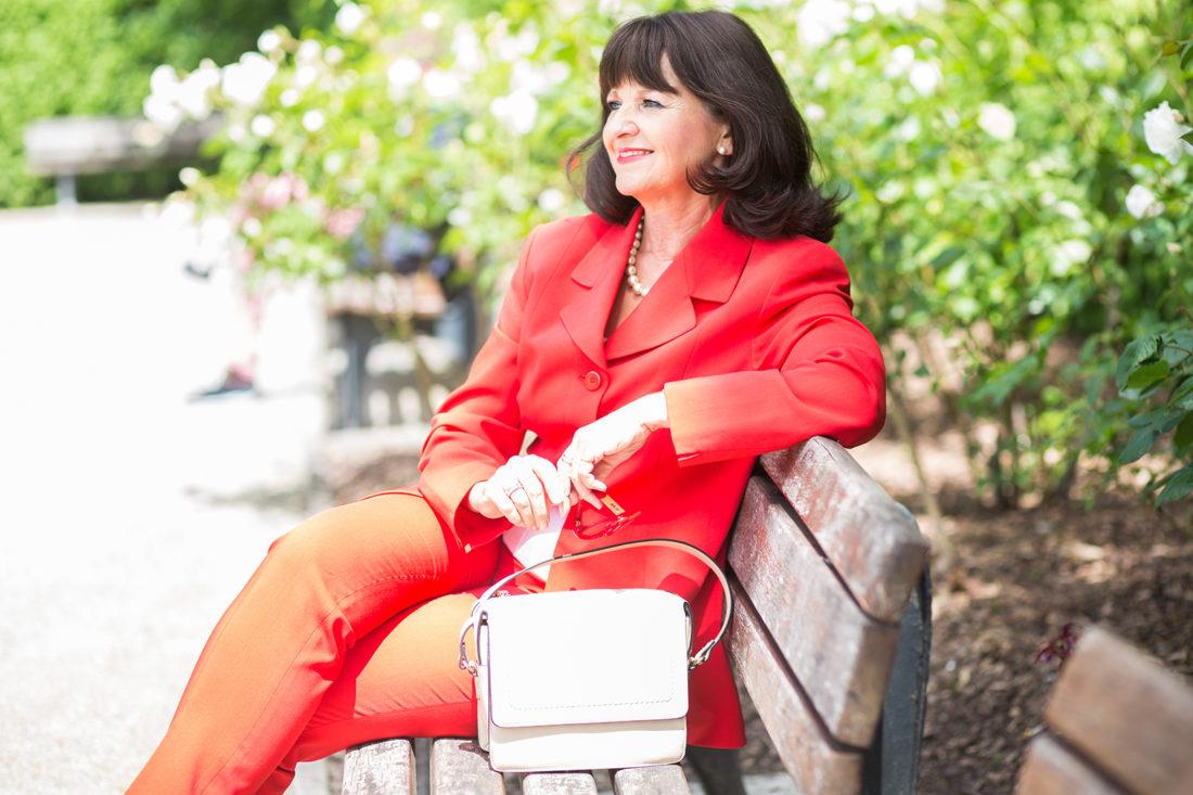 Roter Hosenanzug mit Handtasche nude_I