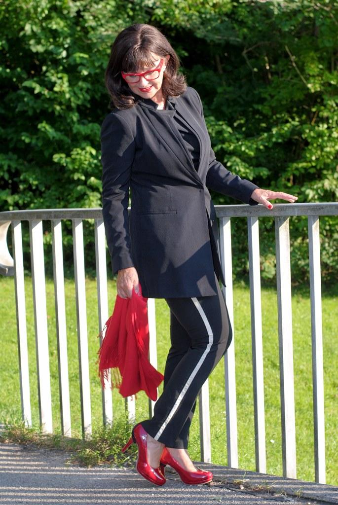 black-look-mit-roten-accessoires