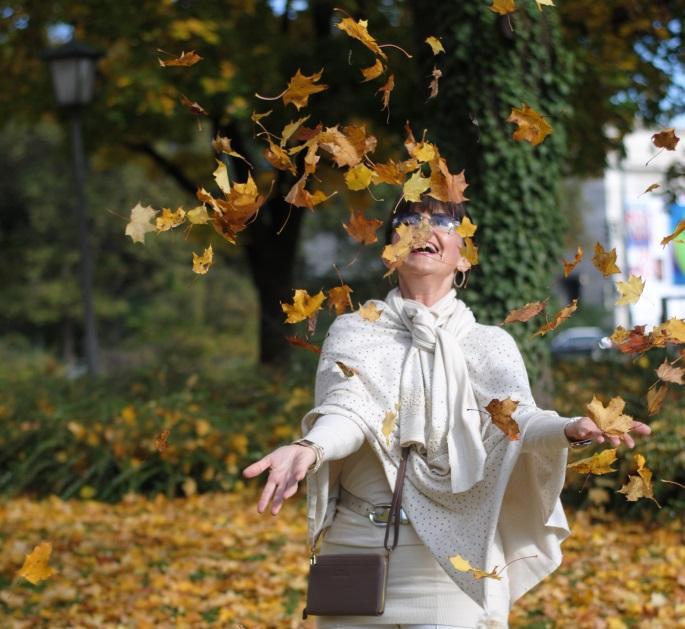 Herbstoutfit mit hellem Cape