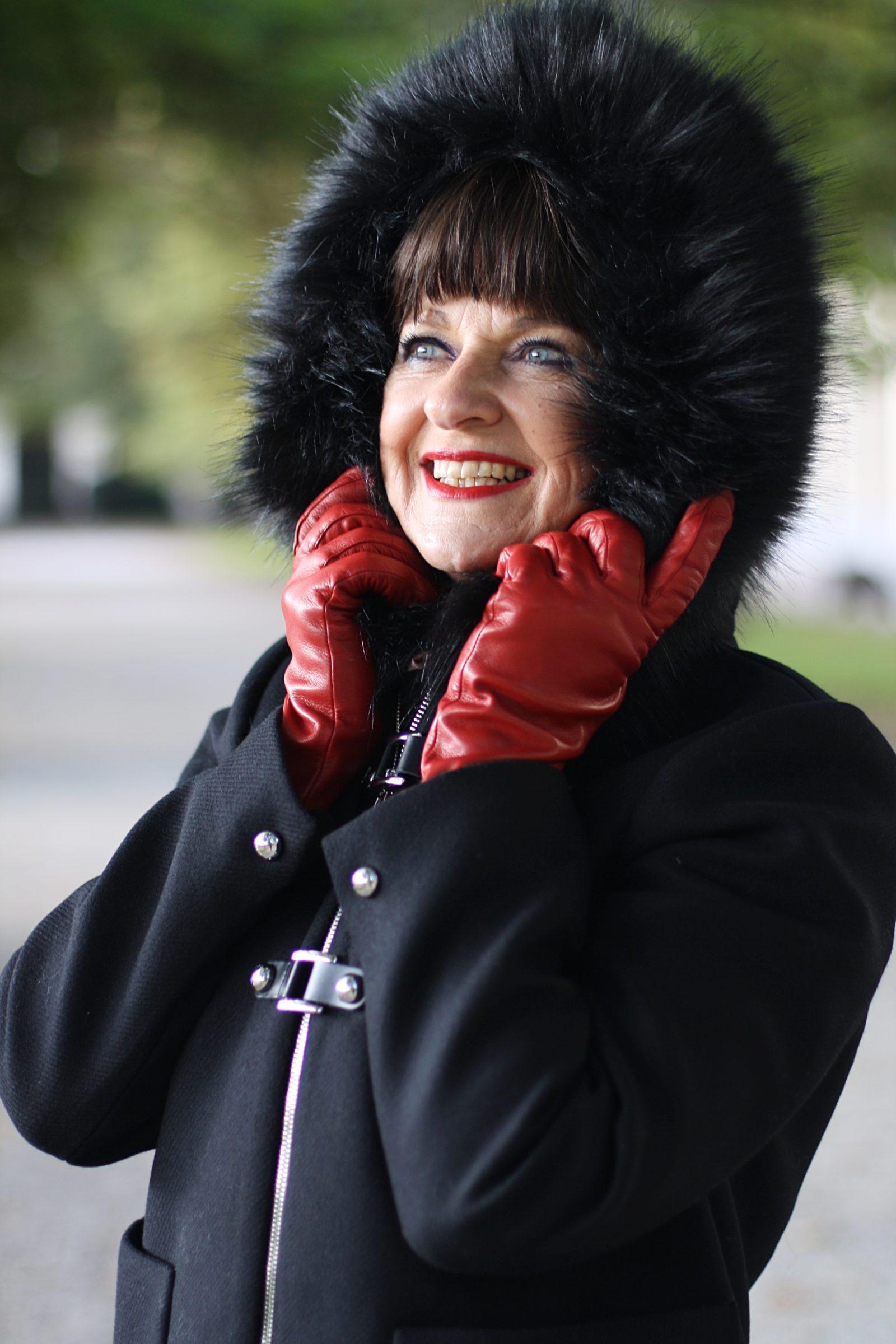 jacke-mit-kaputze-und-roten-handschuhe-top