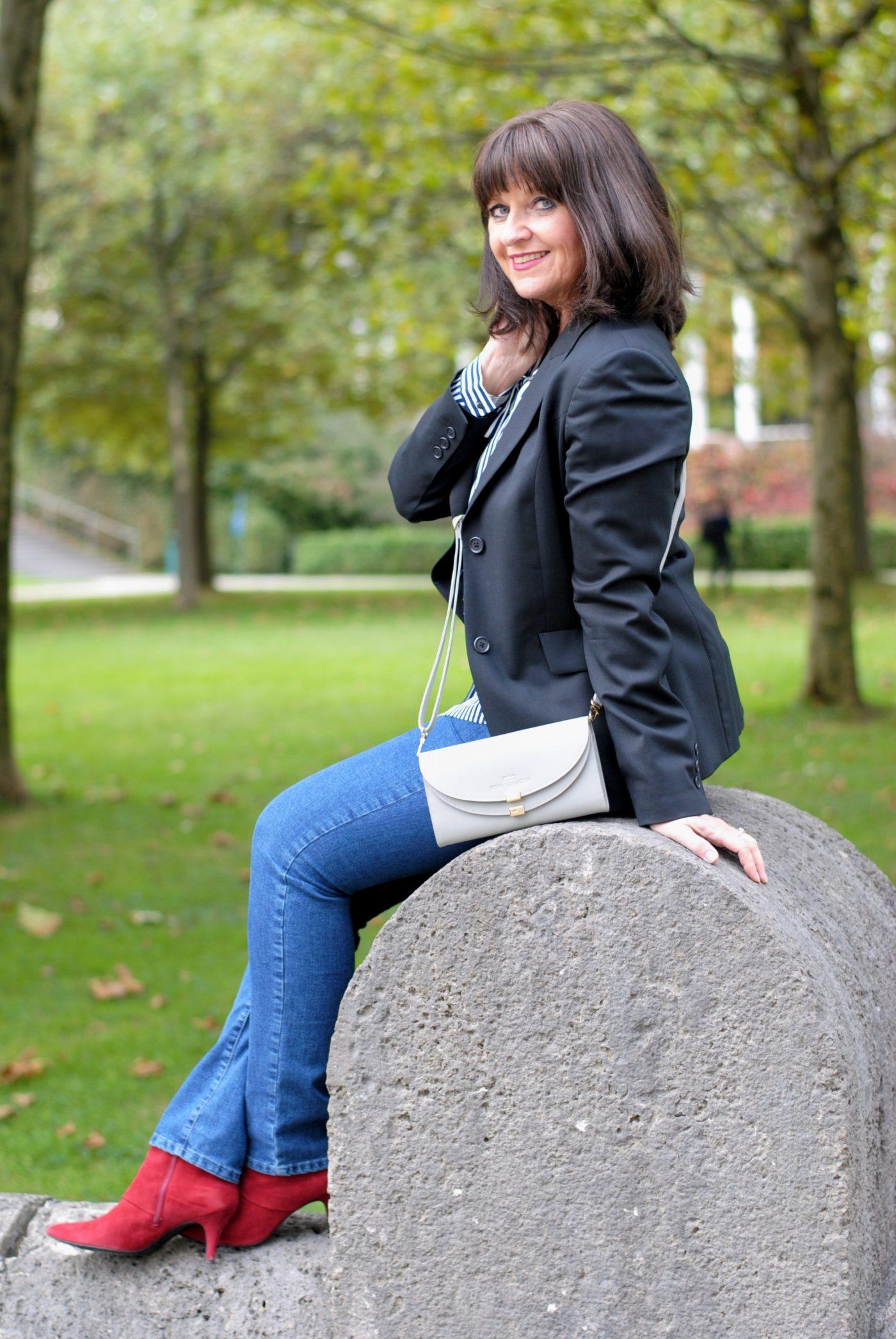 jeans-mit-grauer-umhaengetasche