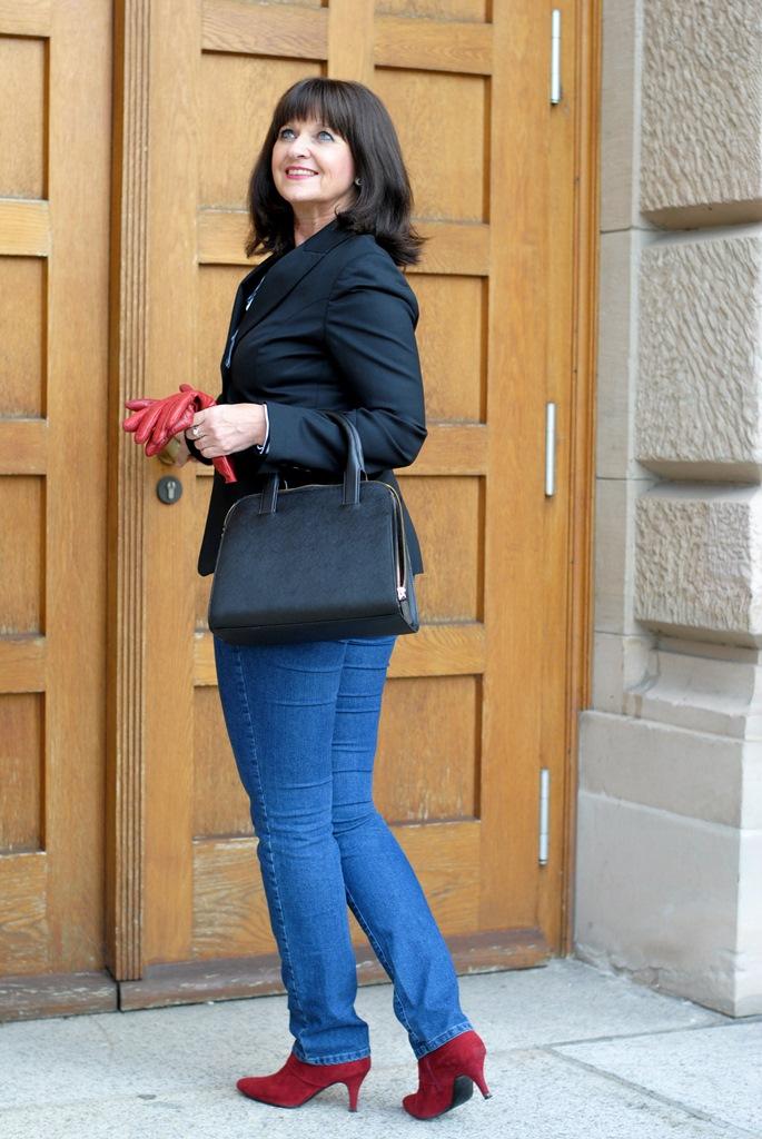 dunkelblauer-blazer-jeans-tuer