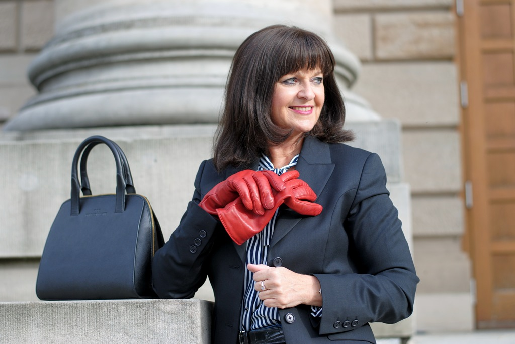 dunkelblauer-blazer-quer-rote-handschuhe