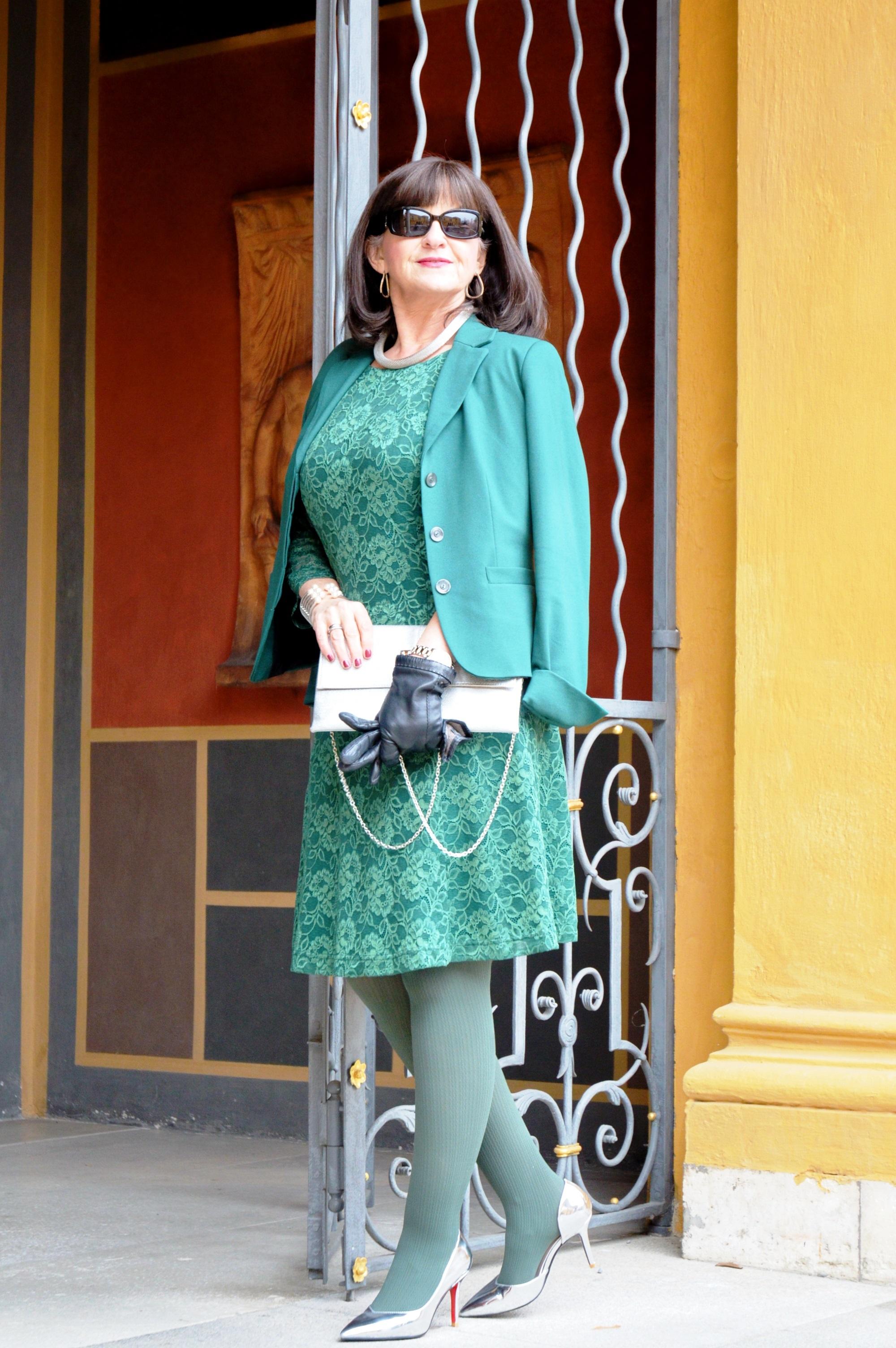 gruenes-spitzenkleid-mit-blazer