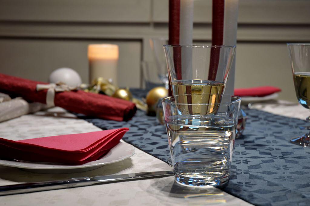 tischlaeufer-blau-mit-wasserglas