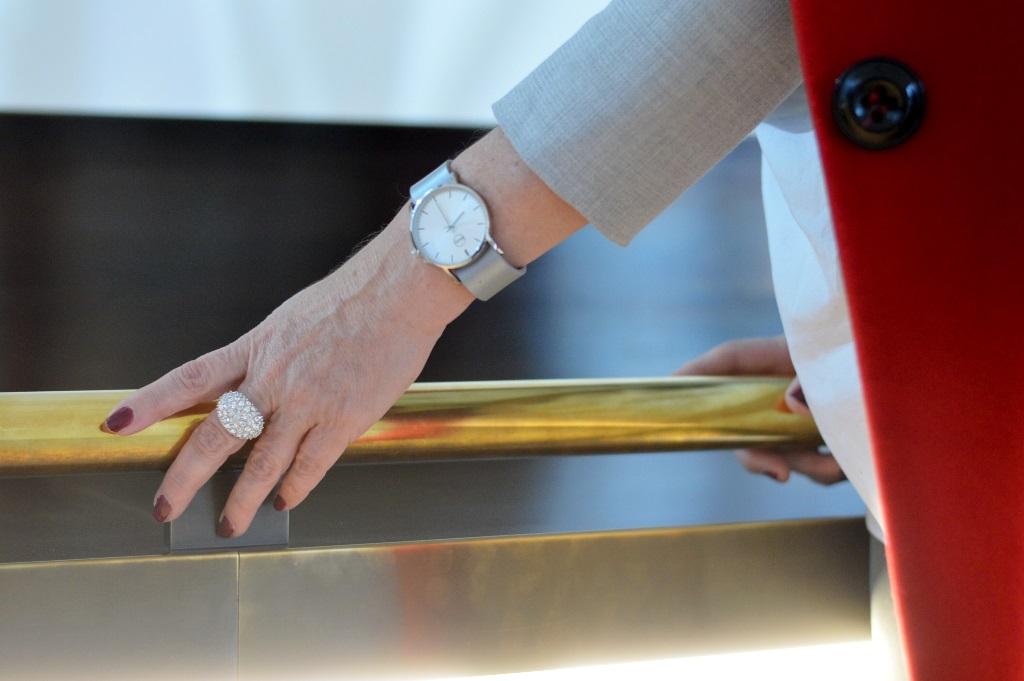 Graue Uhr mit hellem Ziffernblatt