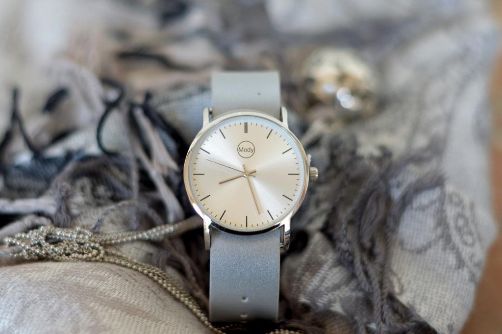 Uhr in grau mit Schal
