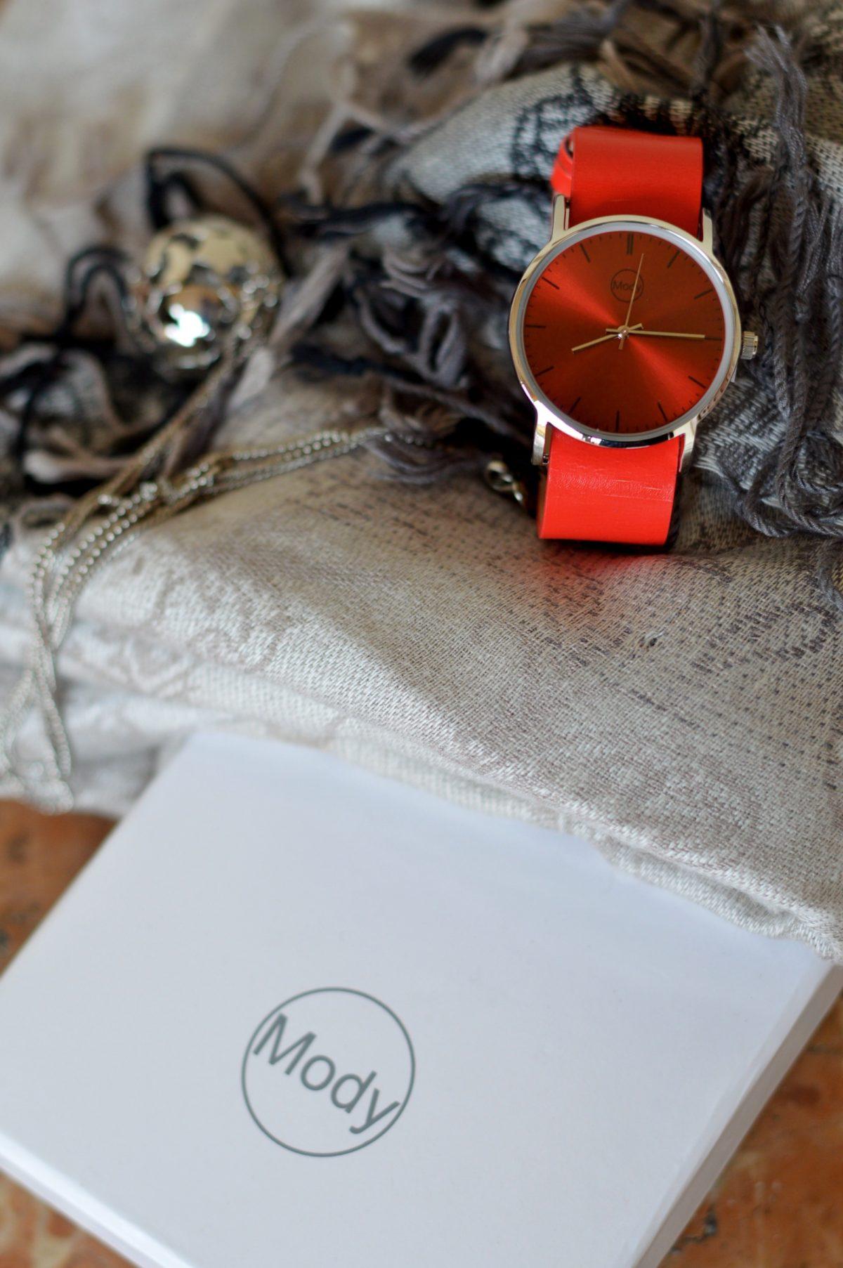 uhr-rot-mit-grauen-accessoires