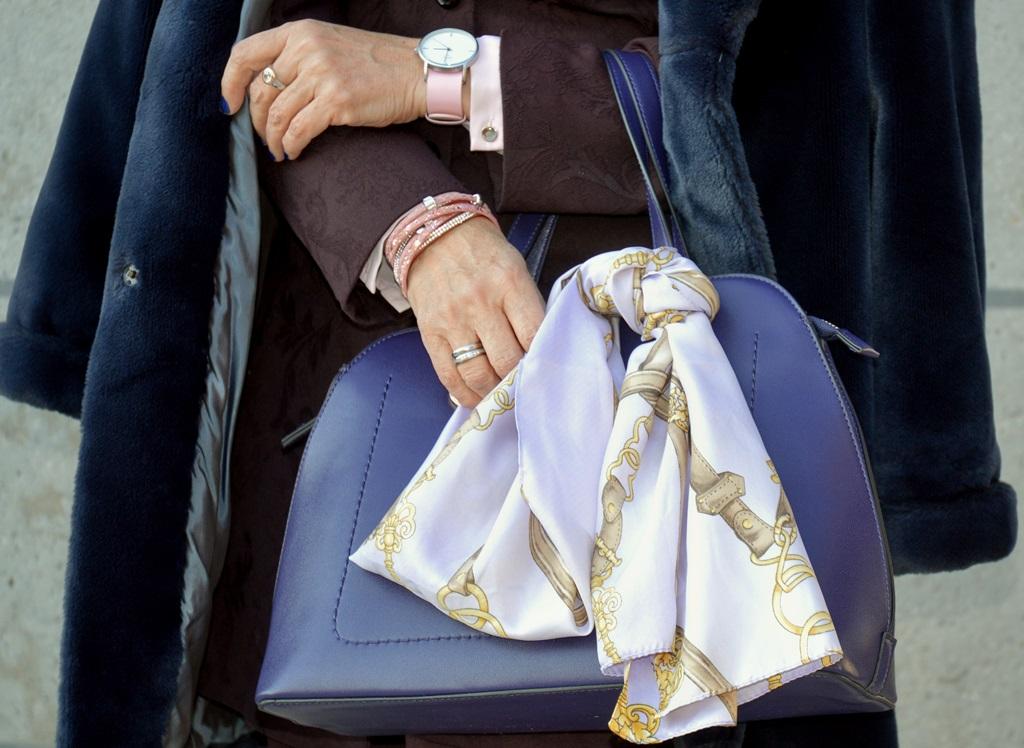 blauer-mantel-mit Accessoires