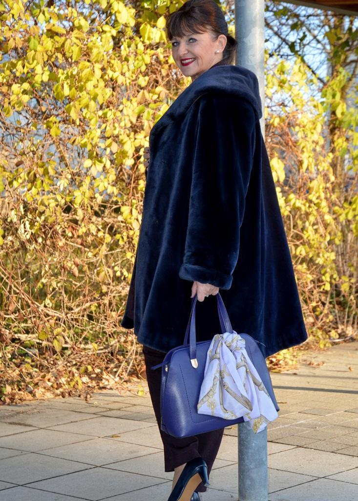 blauer-mantel-und-handtasche