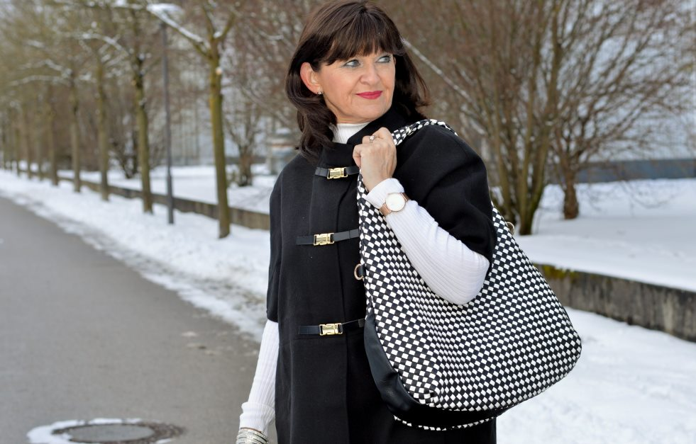 Cape mit Jacke in Black & White