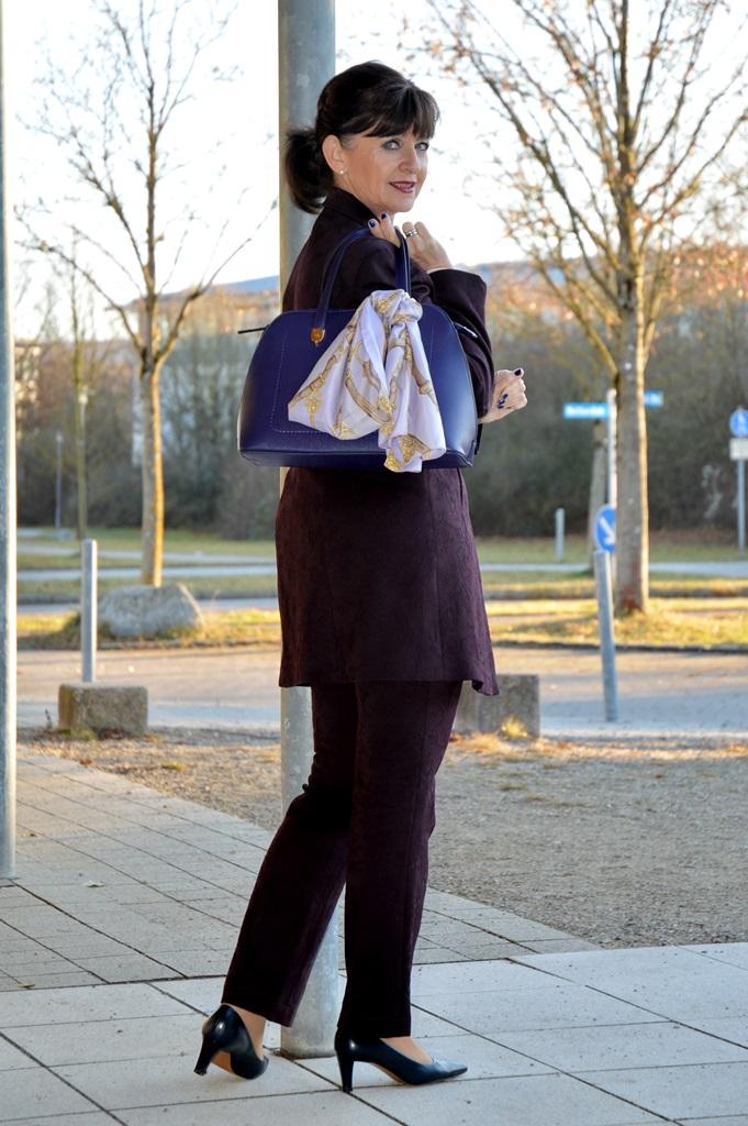 hosenanzug-mit-handtasche