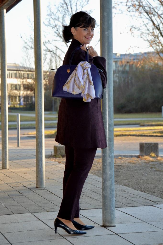 hosenanzug-und-handtasche
