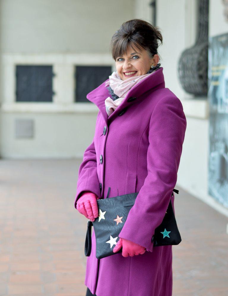 Lila Mantel mit Tasche