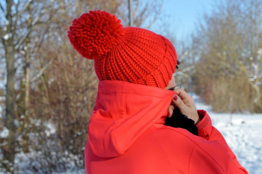 Rote Mütze im Winter