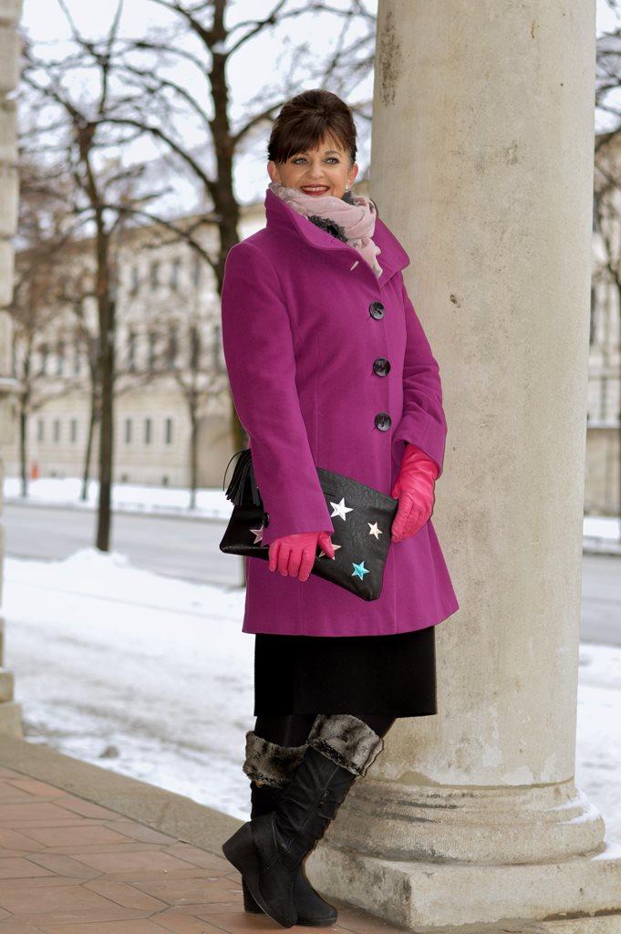 lila-wintermantel-mit-stiefel