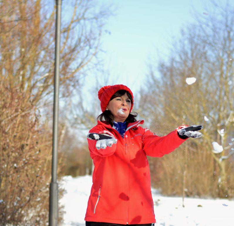 rote Softshell-Jacke mit Schnee