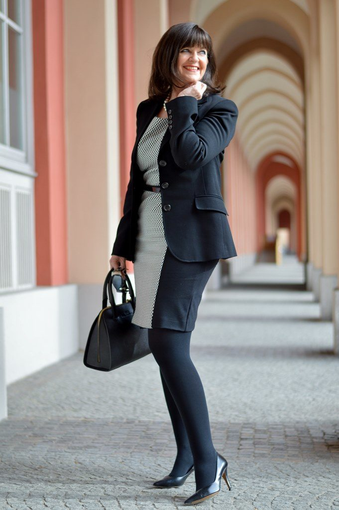 Black & White im Business Kleid