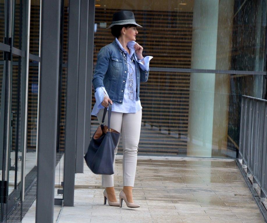 Jeansjacke modisch kombiniert: Mit Streifenbluse und Hut