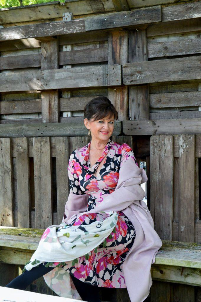 Beschwingtes Kleid mit Trenchcoat – Business Look
