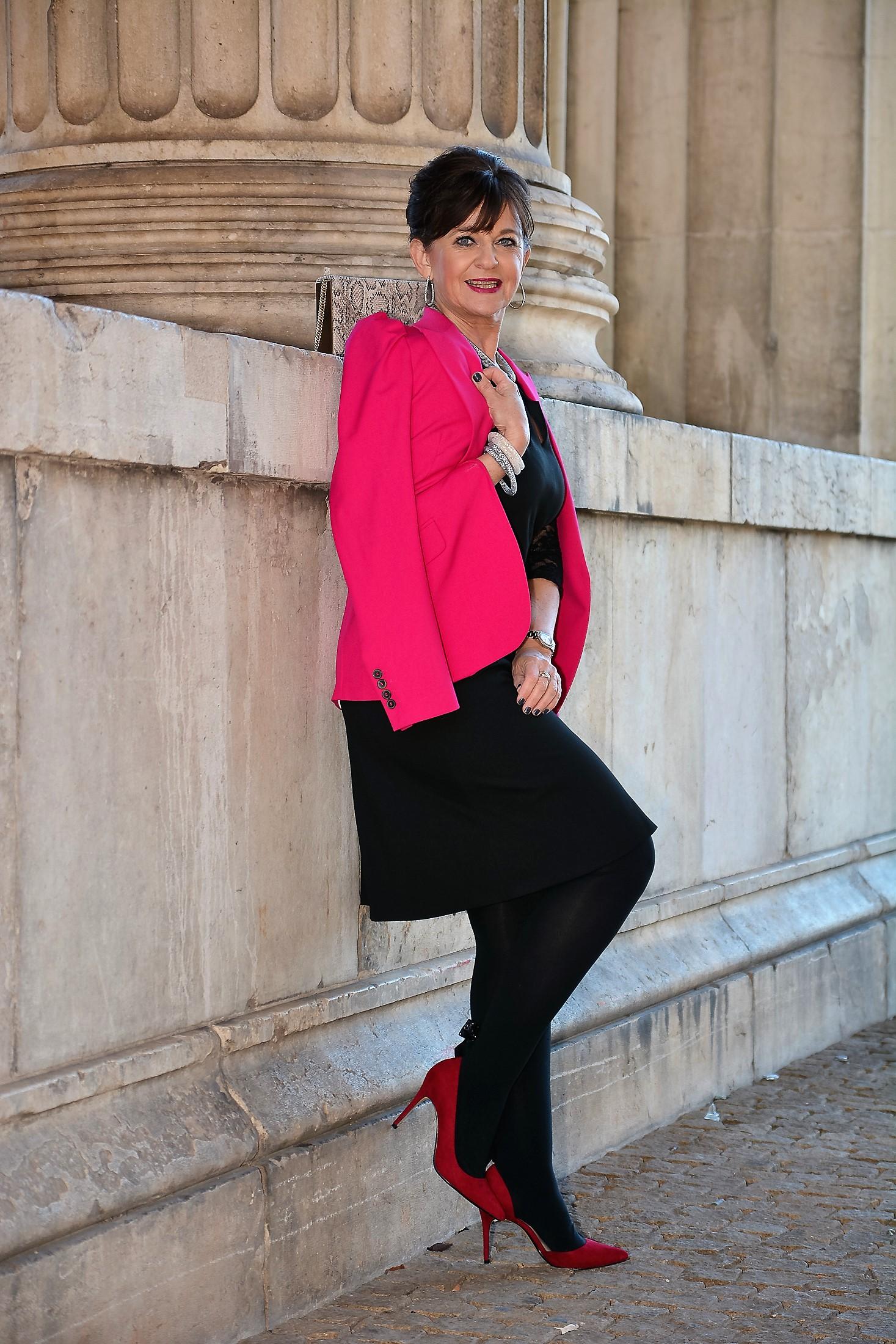 Rotes kleid mit blazer