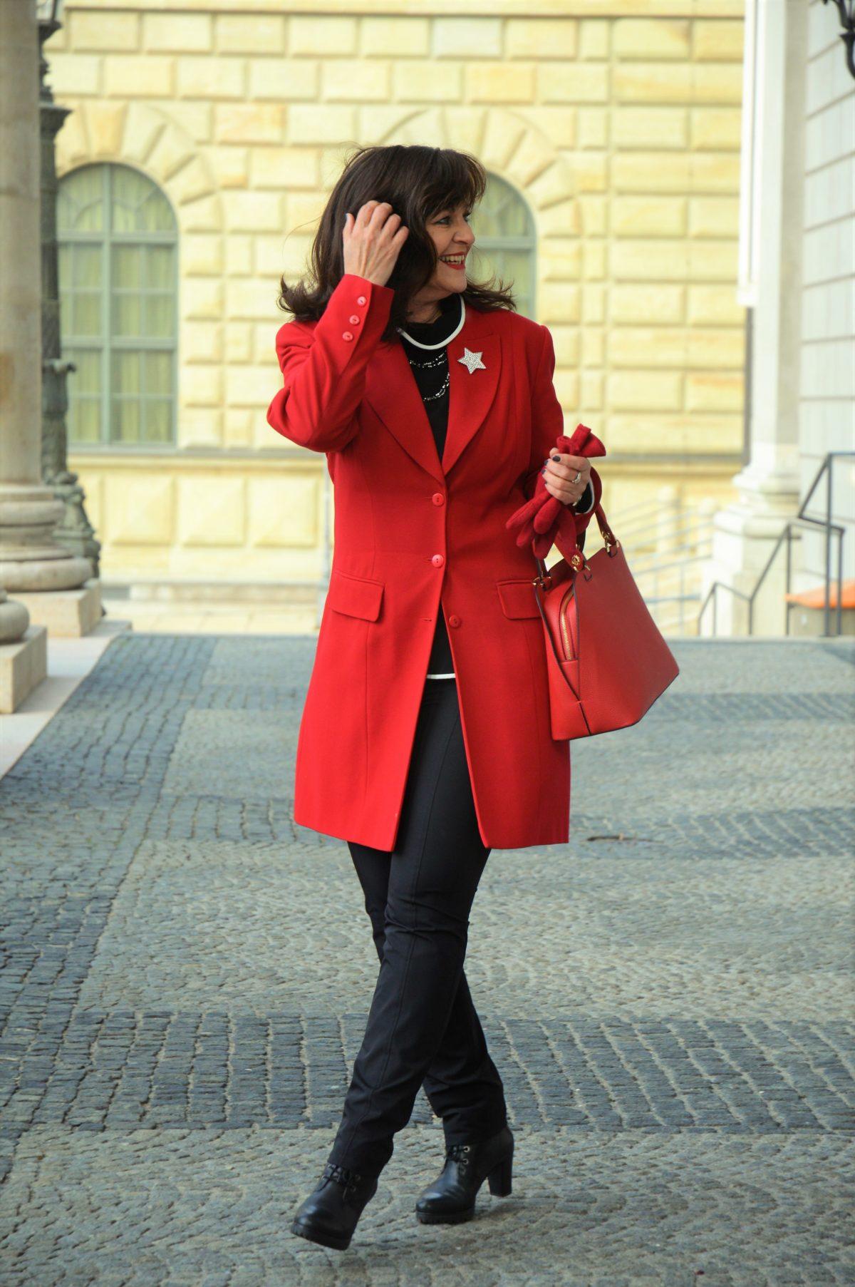 Roter Gehrock mit schwarzer Hose