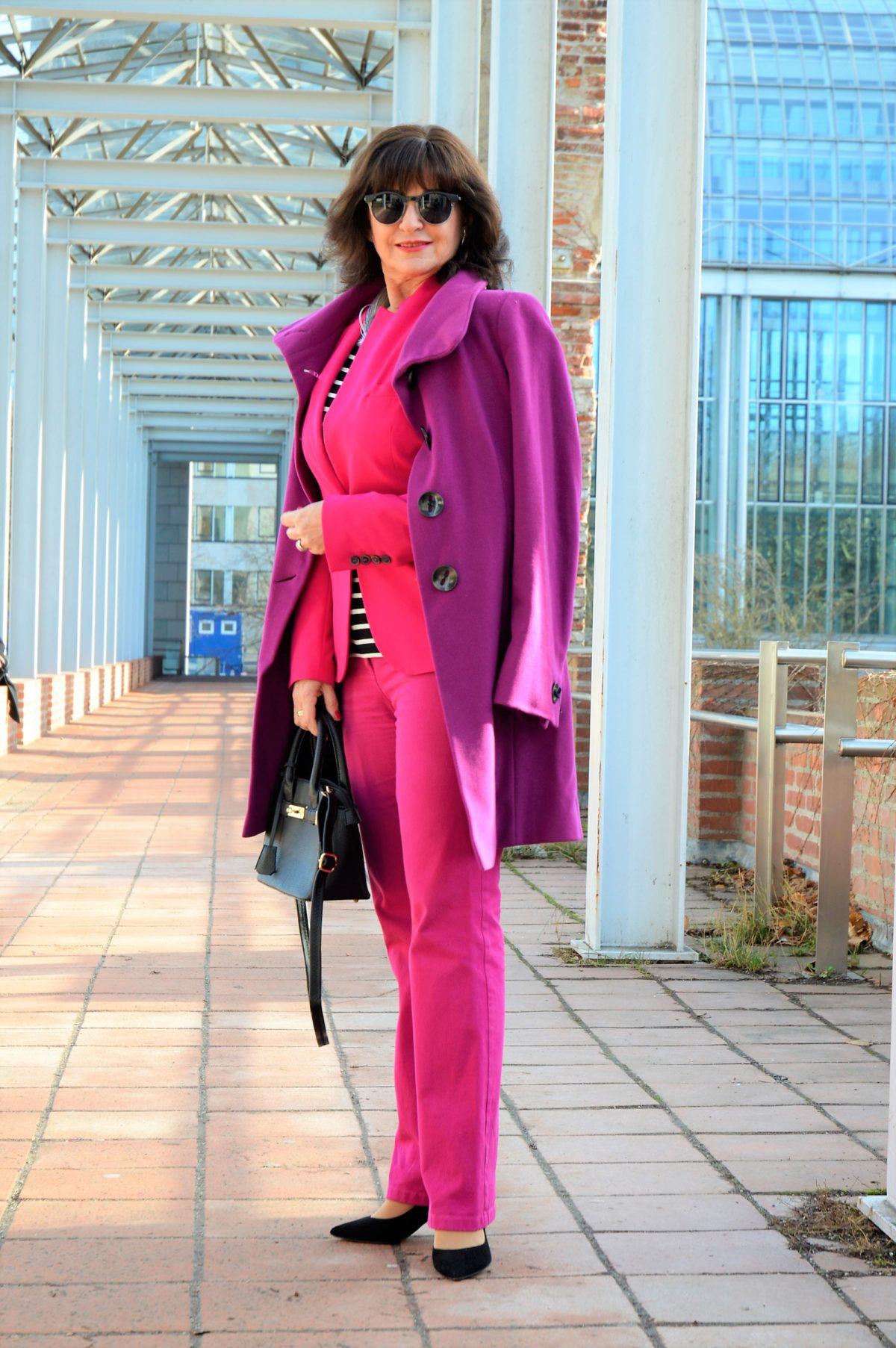 Mantel in Violett im Frühling
