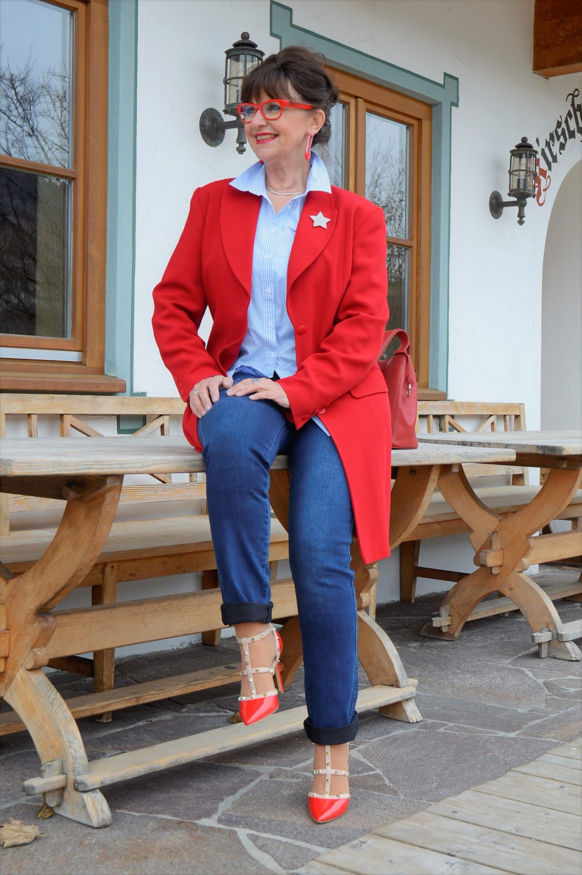 Blaue Bluse roter Mantel