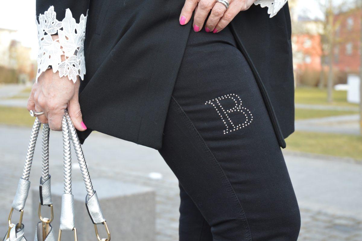 Monogramm B auf Jeans
