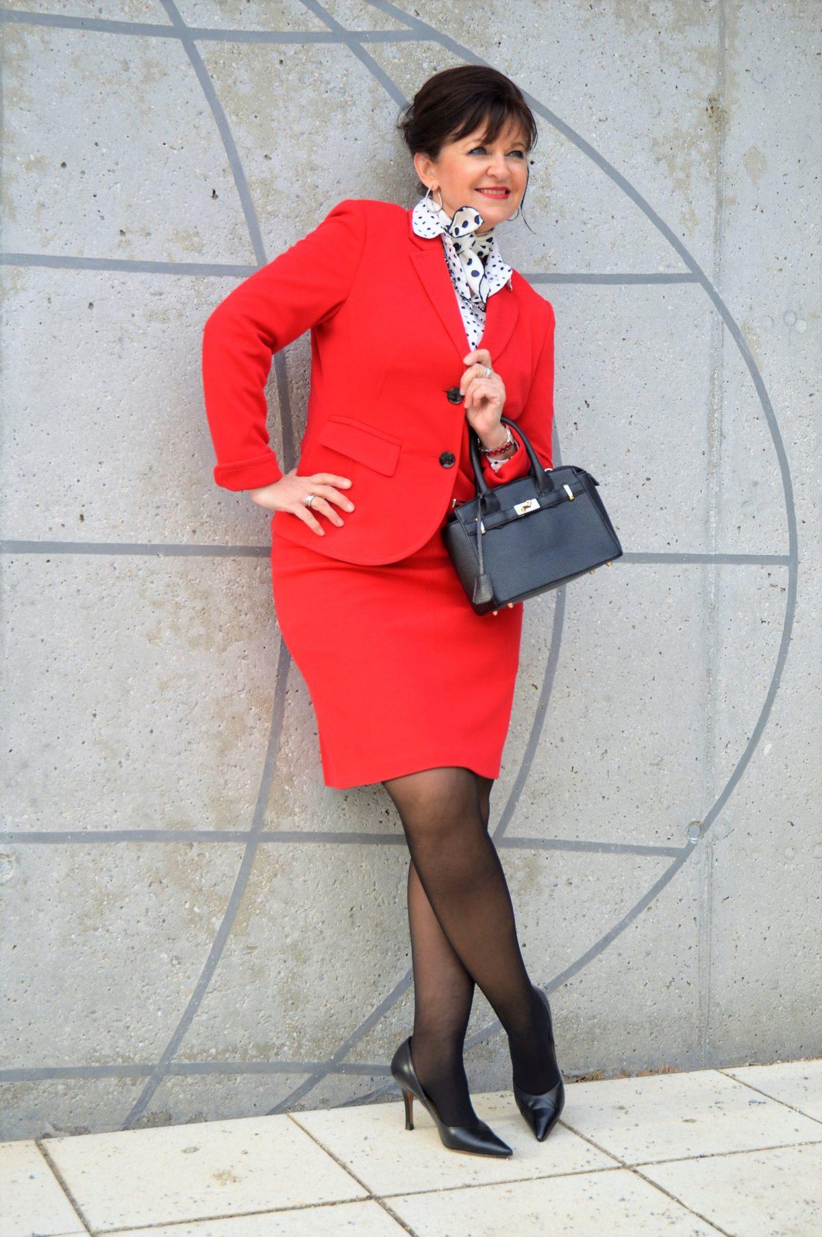 Rotes Kostüm im Business Look