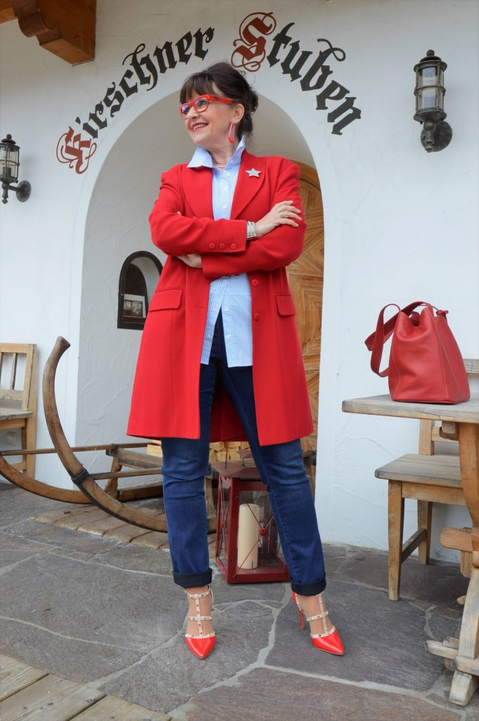 Denim mit rotem Mantel
