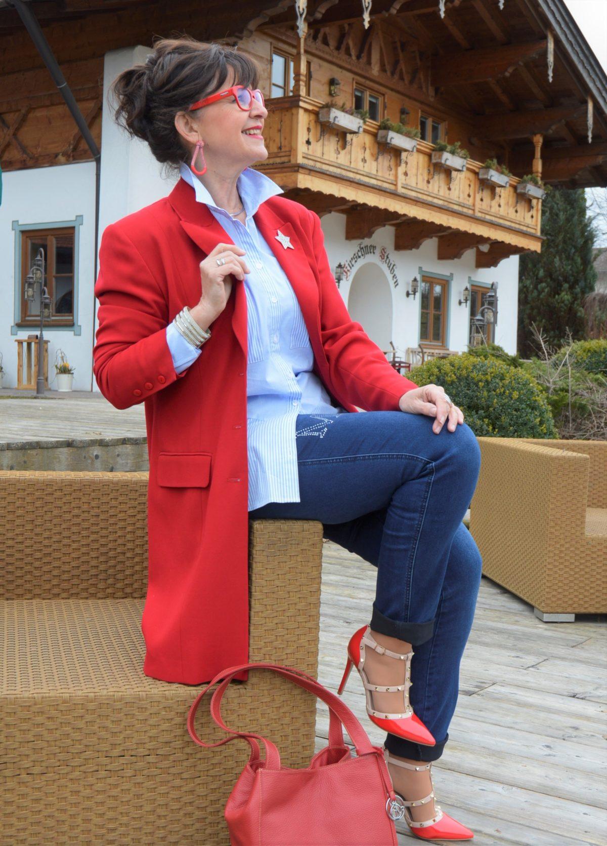 Denim mit rotem Mantel und Bluse