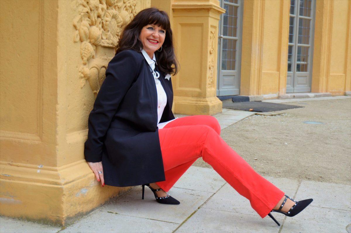 Schwarzer Blazer weiße Bluse rote Hose