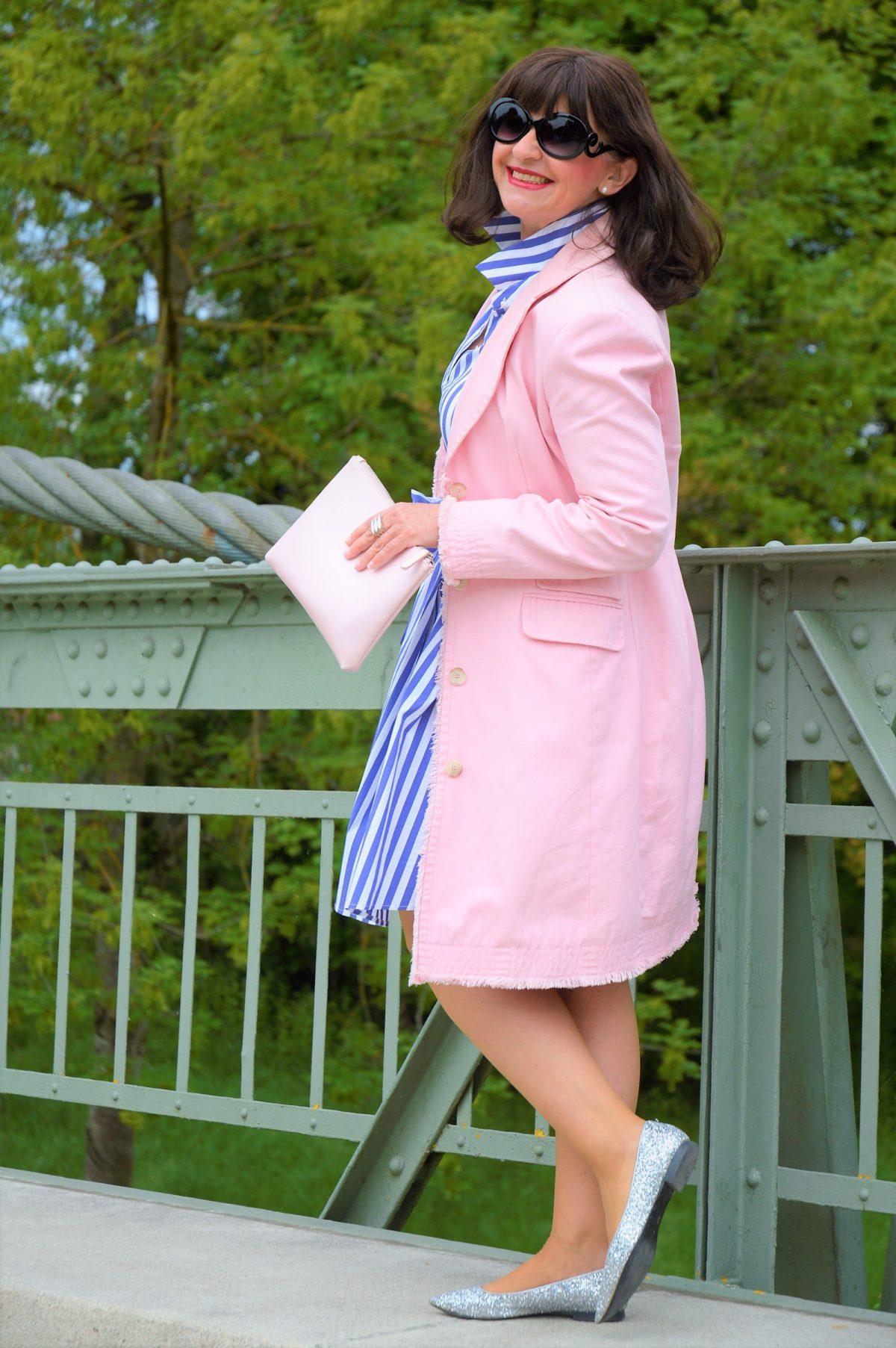 Rosefarbiger Mantel mit Kleid
