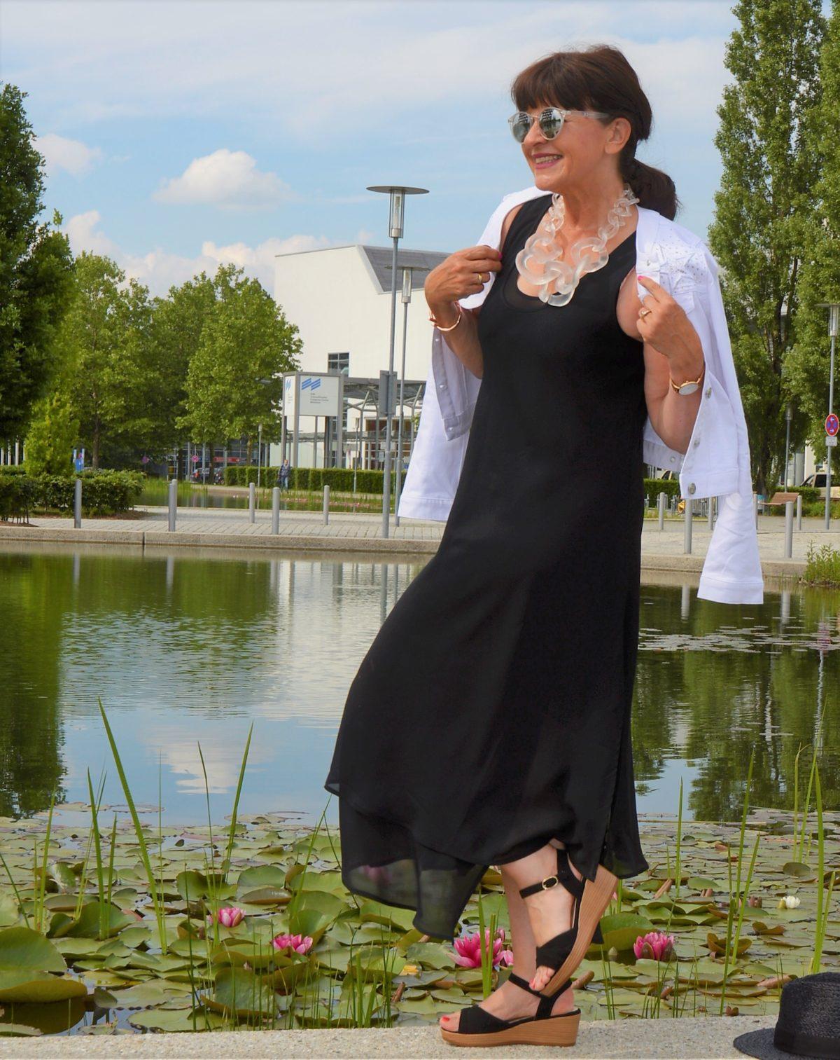 weiße Jeansjacke mit Sommerkleid