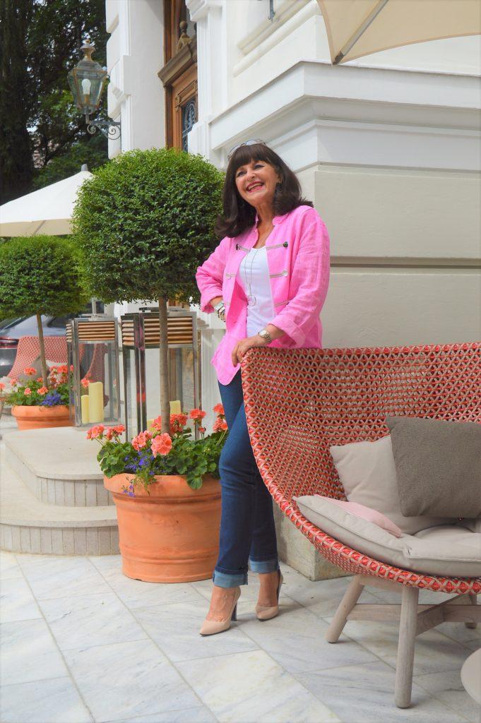 Jeans mit rosa Blazer