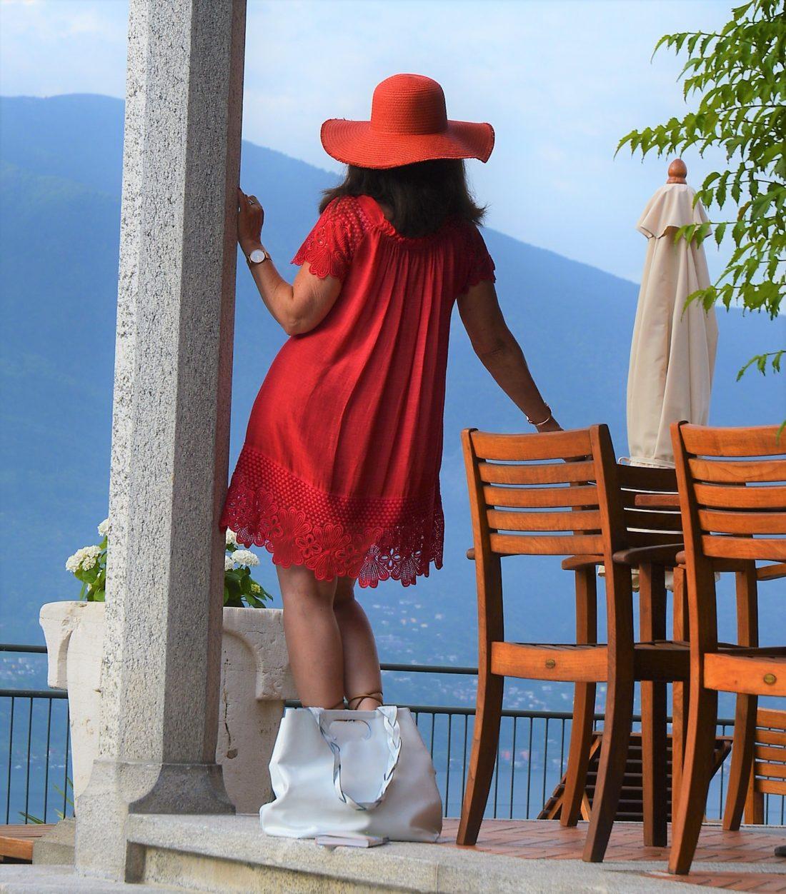 Rotes Kleid mit rotem Hut