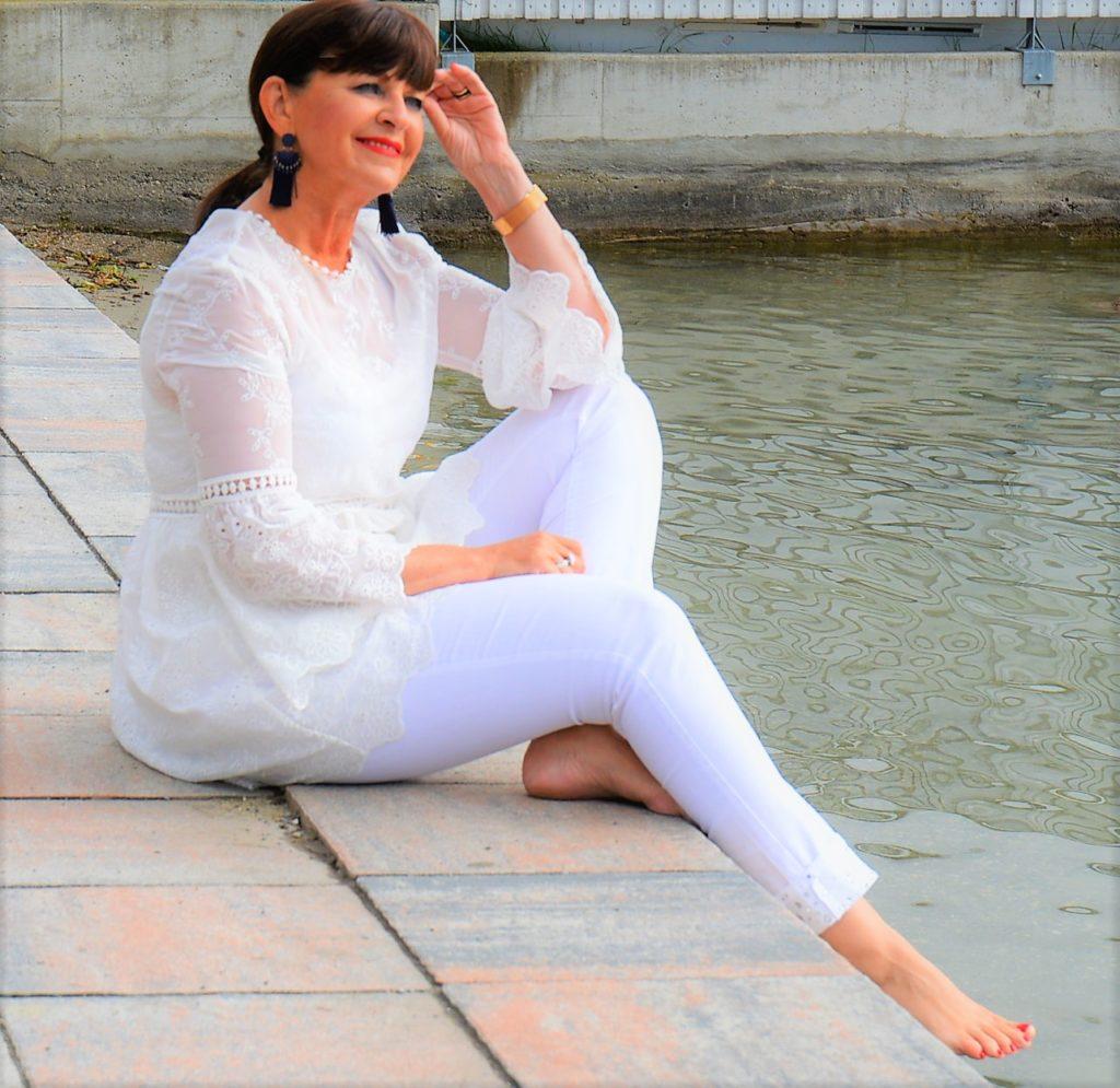 Weiße Jeans mit Spitzenoberteil