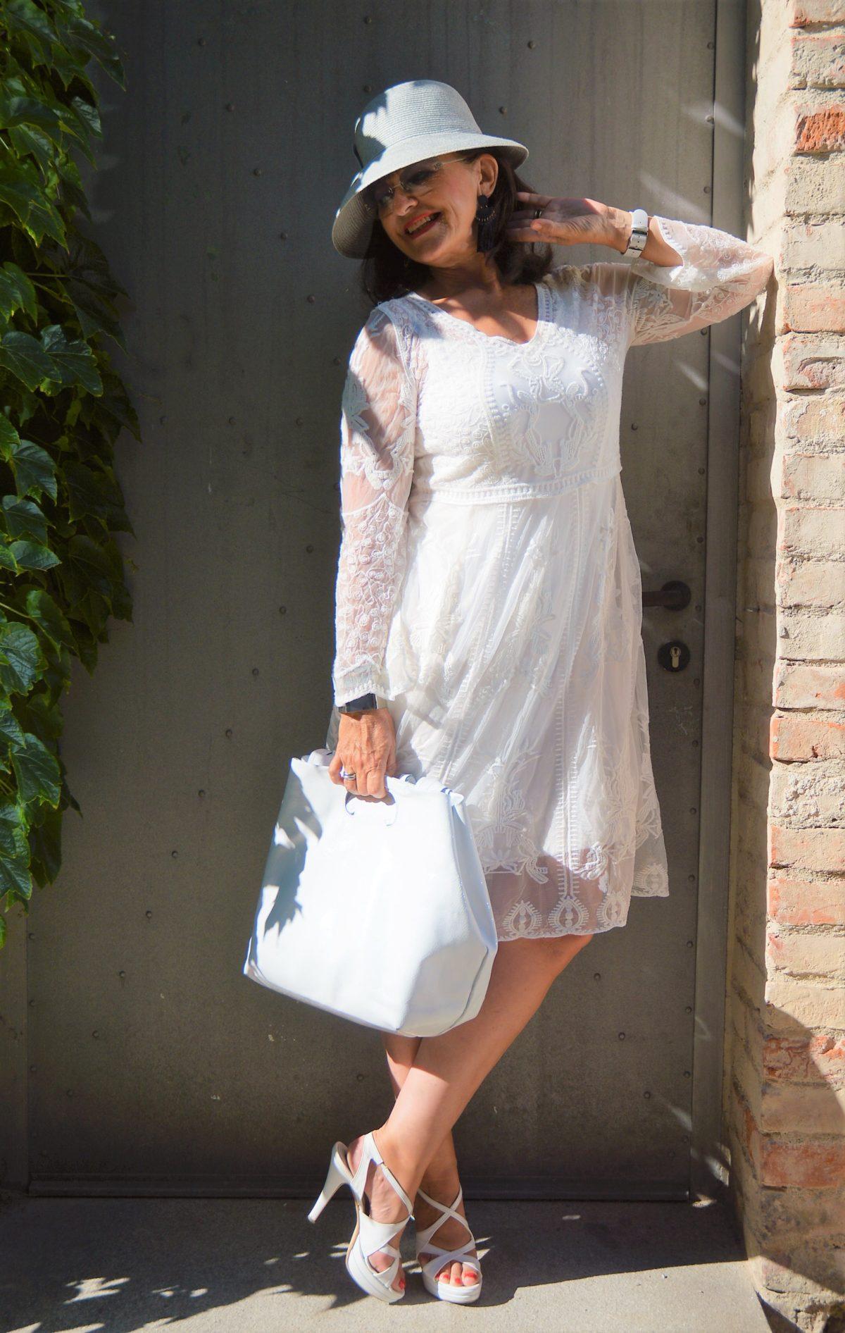 weißes Kleid mit Handtasche