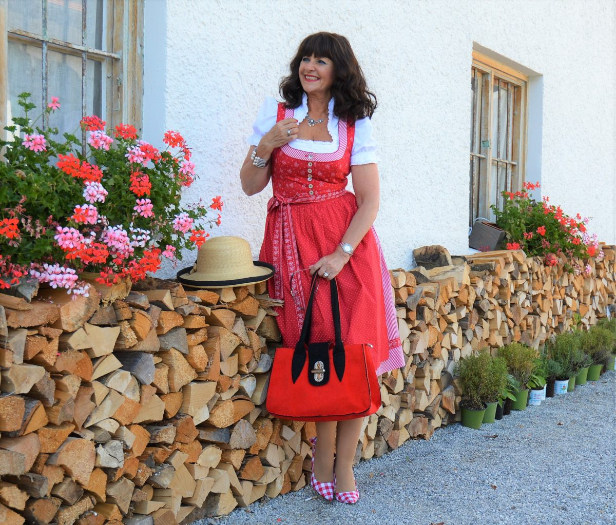 Traditionelles Dirndl in rot