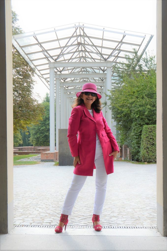 Pinkfarbiger Blazer mit weißer Jeans – Look of the week!