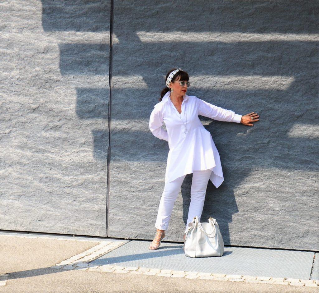Sommerliebe ganz in weiß – mit Haarband und weißer Jeans