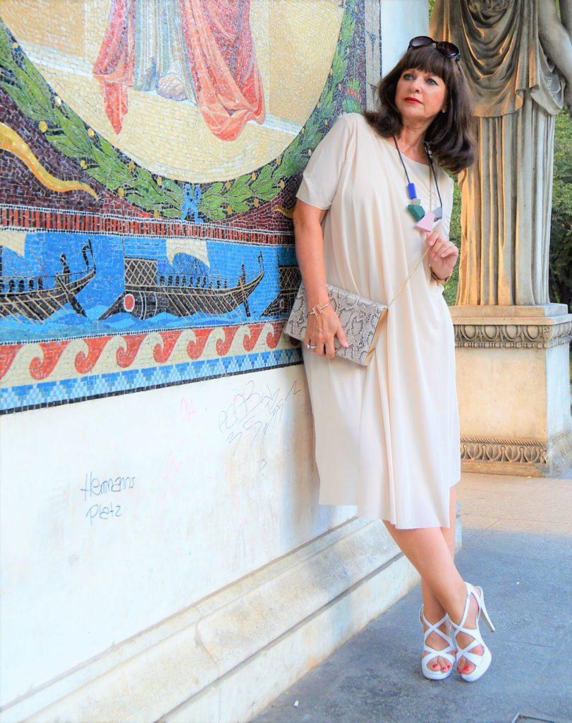Schickes COS Sommerkleid mit weißen Highheels