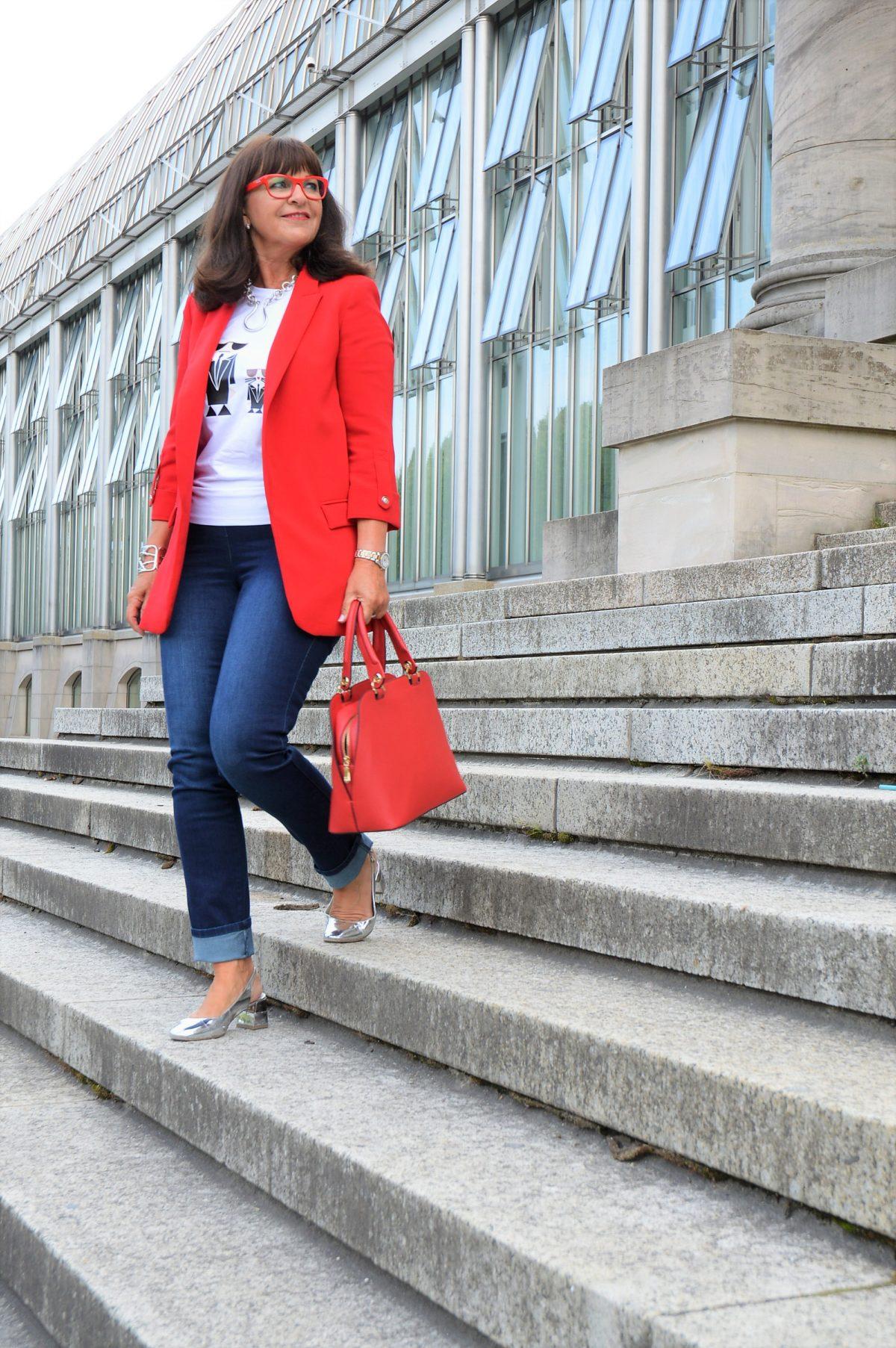 Roter Blazer und Jeans