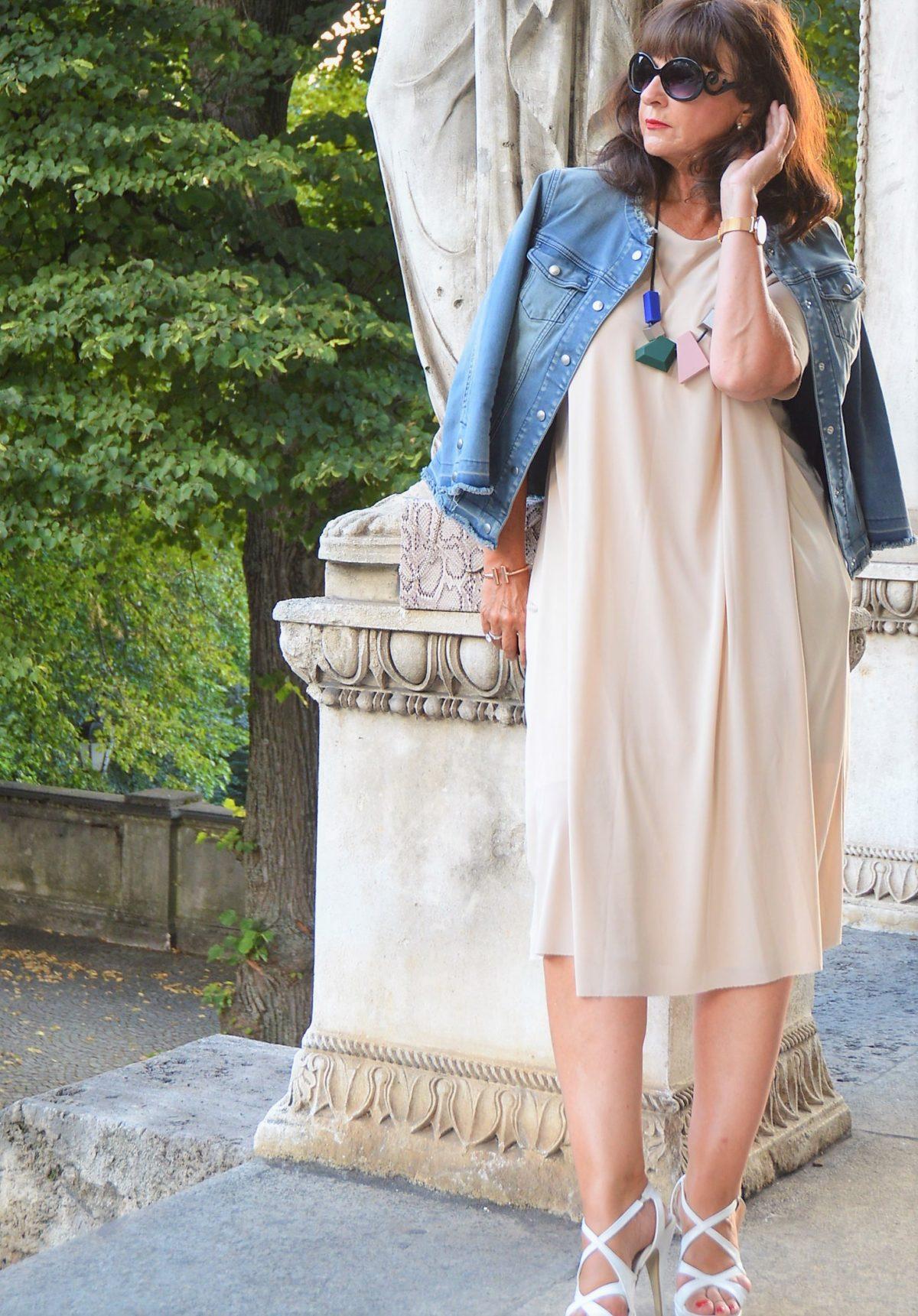 Jeansjacke mit Sommerkleid