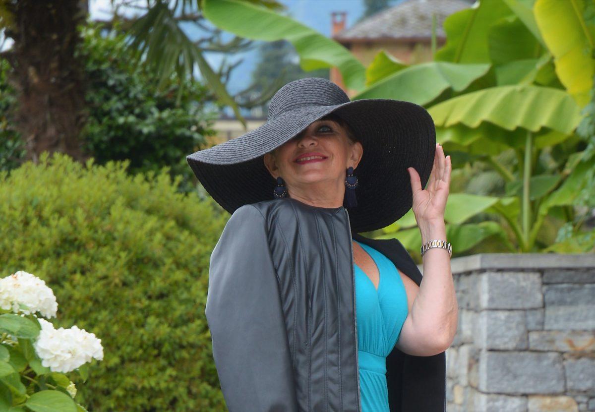 Schwarzer Hut im Sommer