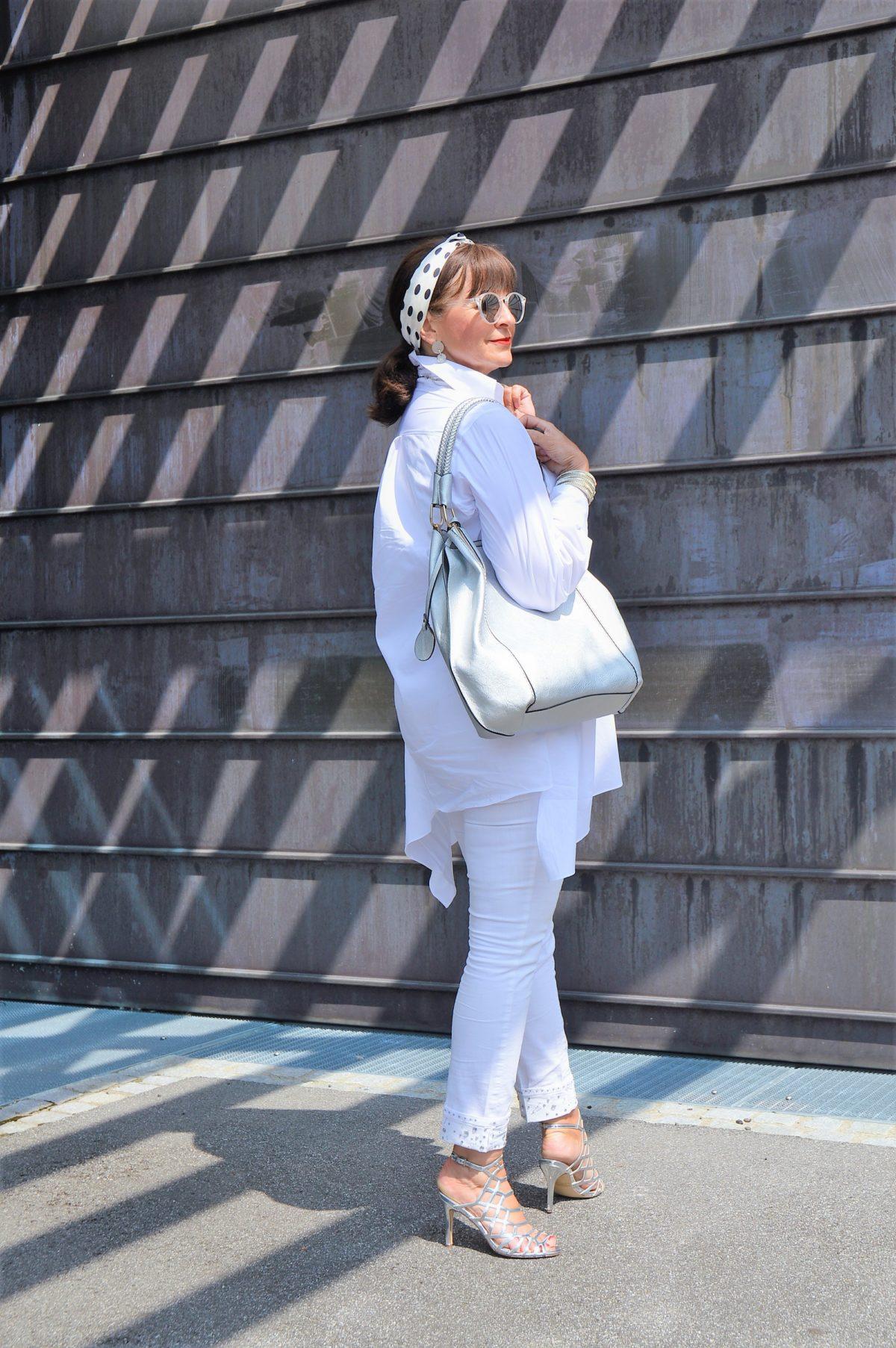 Weiße Longbluse mit weißer Jeans