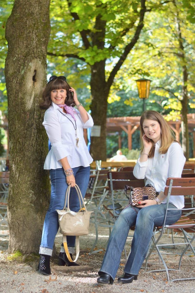 2 GENERATIONEN – 1 LOOK – Weekend-Look mit Jeans und Trenchcoat